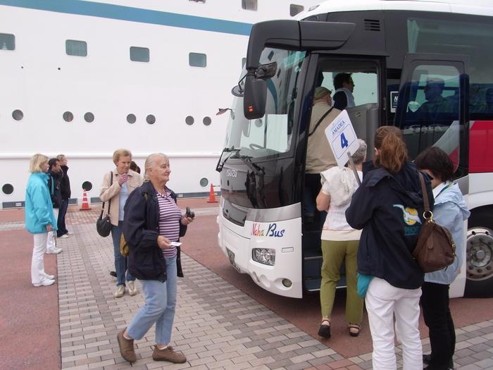 沖縄には欧米客を乗せたクルーズ客船も寄港します_b0235153_20265530.jpg