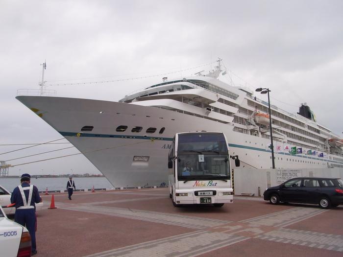 沖縄には欧米客を乗せたクルーズ客船も寄港します_b0235153_20271738.jpg