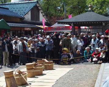 2013年 倶利迦羅さん八重桜まつり 厄除け念仏赤餅つき_c0208355_10945.jpg