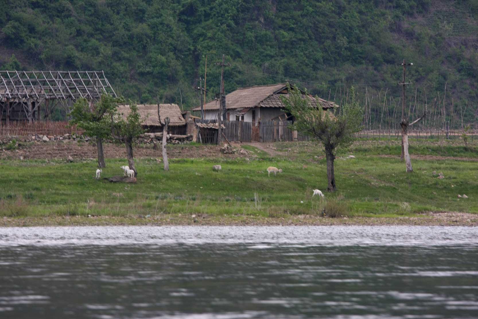 世界遺産のまち、集安~のどかな鴨緑江沿いの風景_b0235153_13271391.jpg