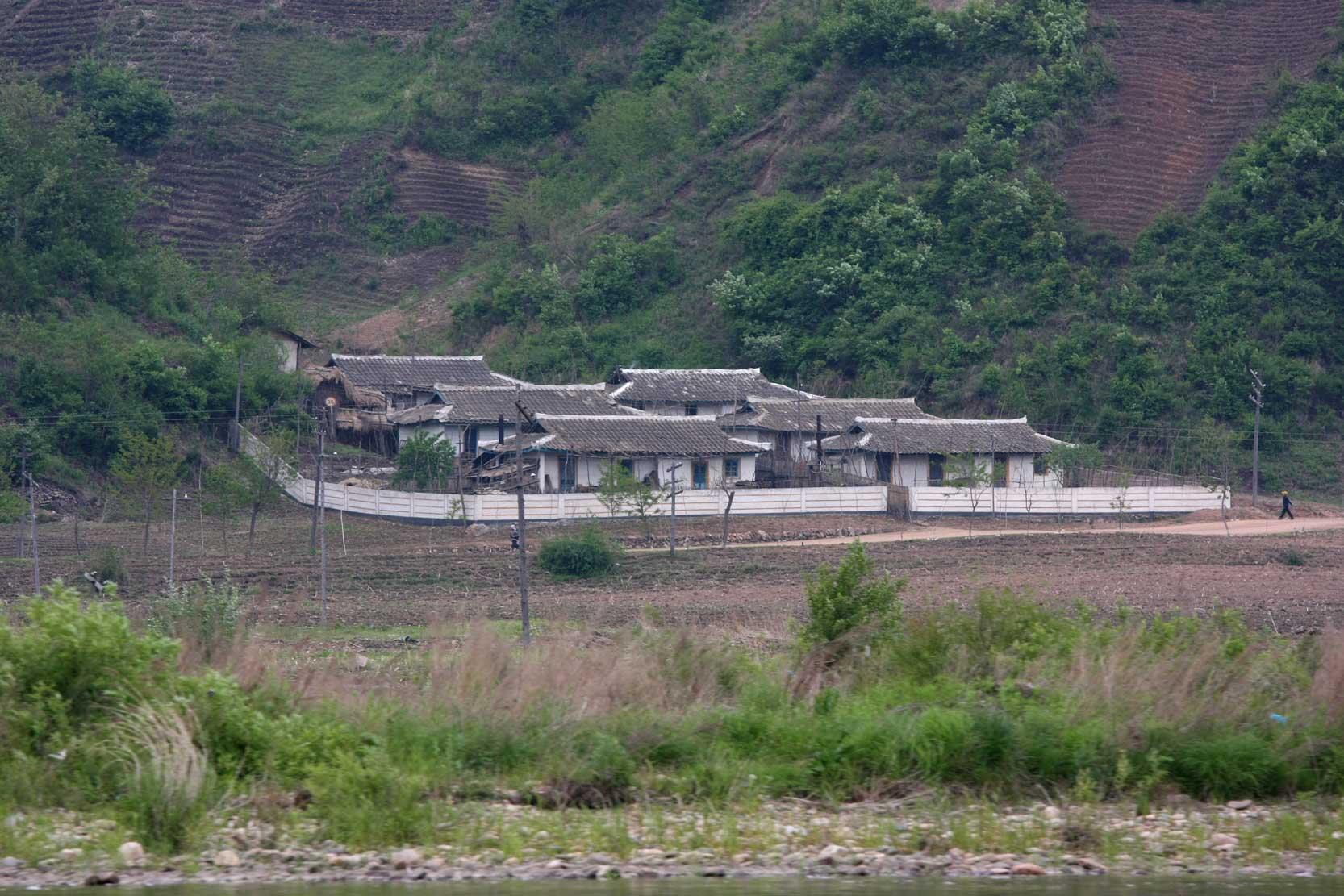 世界遺産のまち、集安~のどかな鴨緑江沿いの風景_b0235153_1327423.jpg