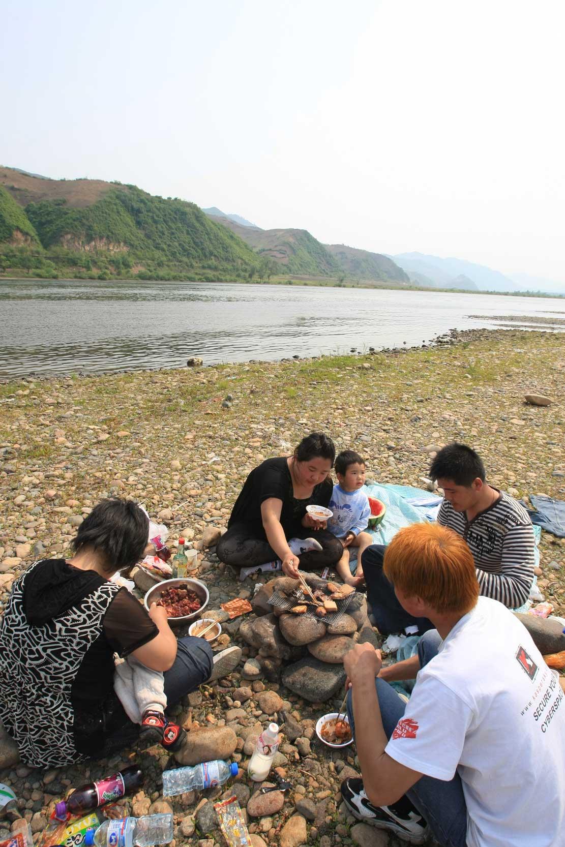世界遺産のまち、集安~のどかな鴨緑江沿いの風景_b0235153_13274644.jpg