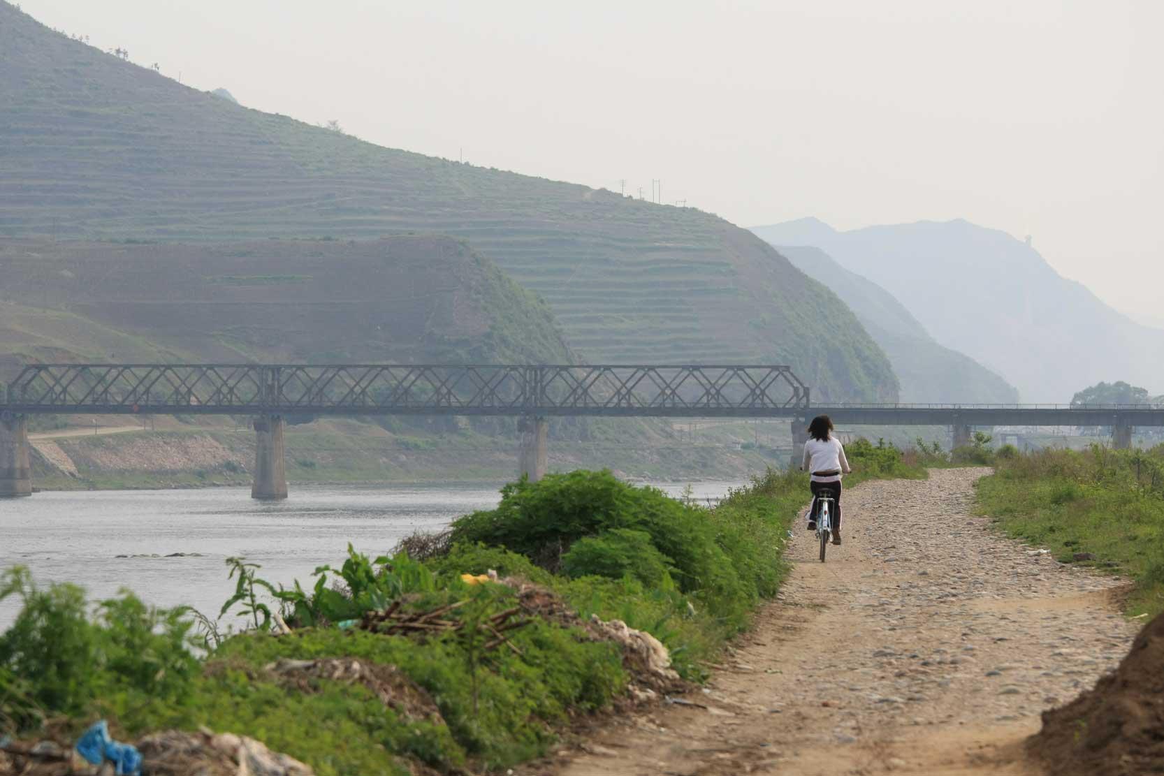 世界遺産のまち、集安~のどかな鴨緑江沿いの風景_b0235153_1329818.jpg