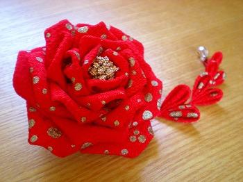 ちりめん薔薇のコサージュ。_e0168583_11482484.jpg