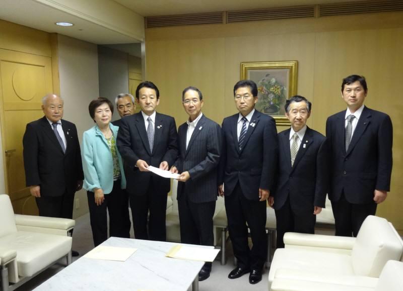 東京都に西武線存続の要望決議を手渡し_f0059673_23402232.jpg