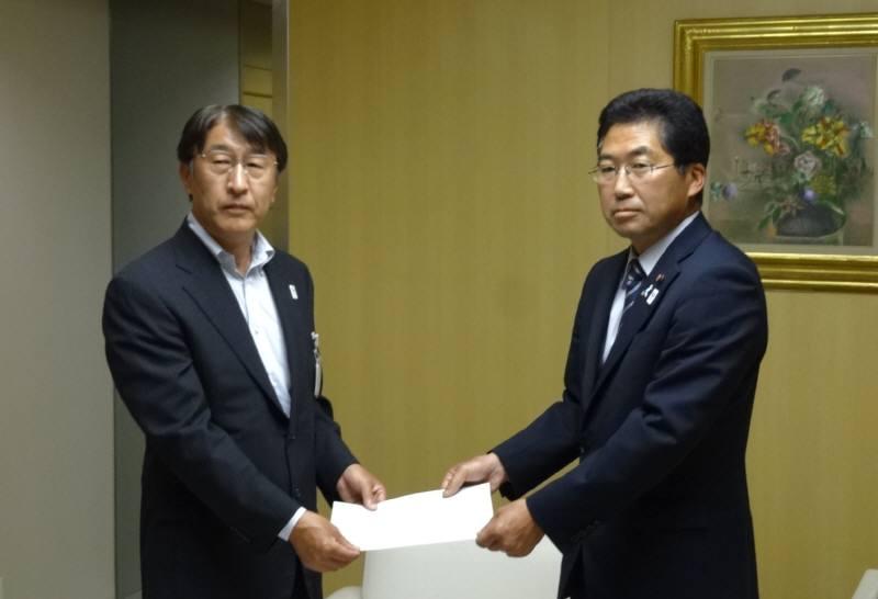 東京都に西武線存続の要望決議を手渡し_f0059673_23403421.jpg