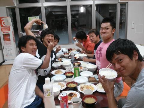 館下夕食が始まりました!_e0137649_1039960.jpg