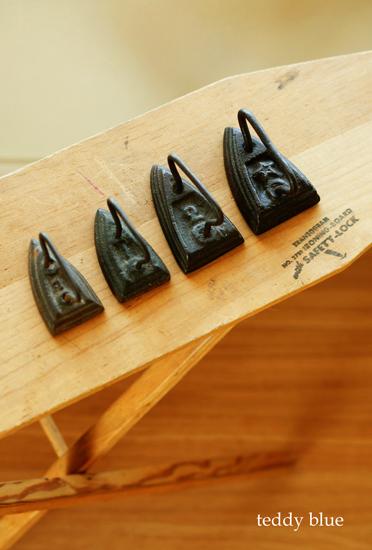 antique miniature irons  昔のミニチュア アイロン_e0253364_18283794.jpg