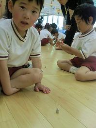 保育園でコマまわし☆第3弾_a0272042_18101117.jpg