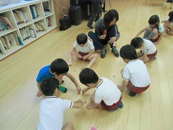 保育園でコマまわし☆第3弾_a0272042_1894352.jpg