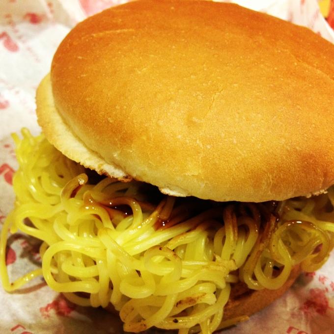 ロッテリアと麺屋武蔵のコラボ、「ラーメンバーガー」なるものを食べてみた。_e0173239_20373912.jpg