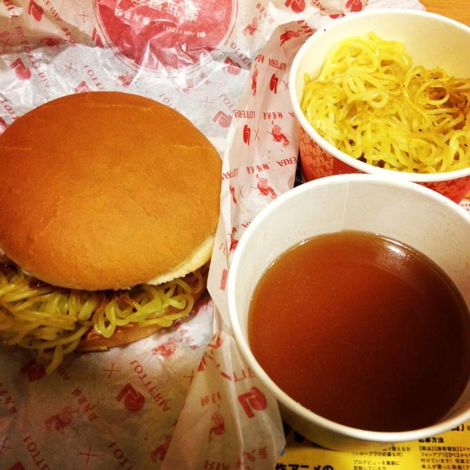 ロッテリアと麺屋武蔵のコラボ、「ラーメンバーガー」なるものを食べてみた。_e0173239_2039516.jpg