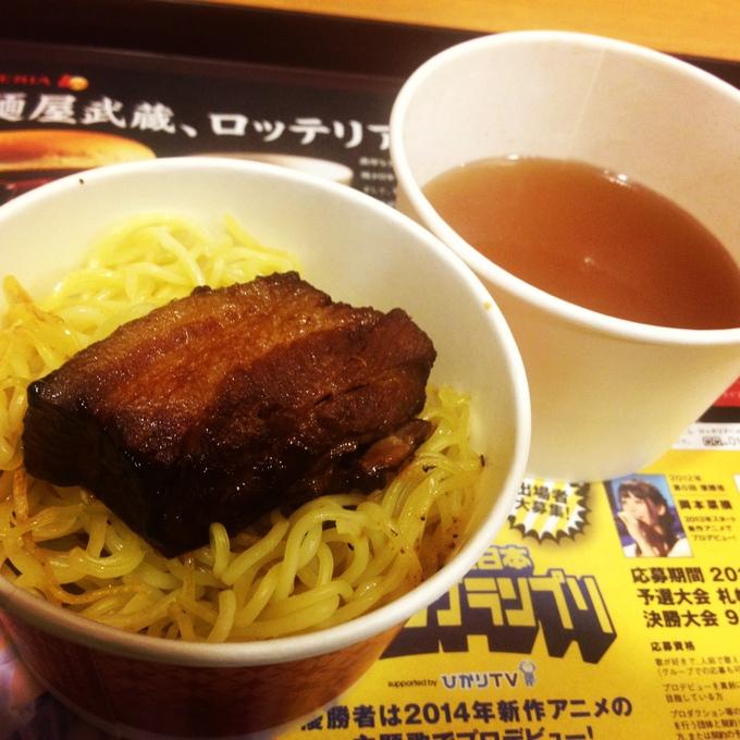ロッテリアと麺屋武蔵のコラボ、「ラーメンバーガー」なるものを食べてみた。_e0173239_20401440.jpg