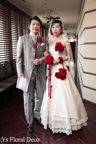 赤いブーケとフラワーアクセサリー 白いドレスに_b0113510_10583836.jpg