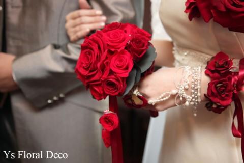 赤いブーケとフラワーアクセサリー 白いドレスに_b0113510_1112149.jpg