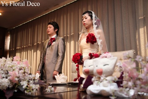 赤いブーケとフラワーアクセサリー 白いドレスに_b0113510_1113231.jpg