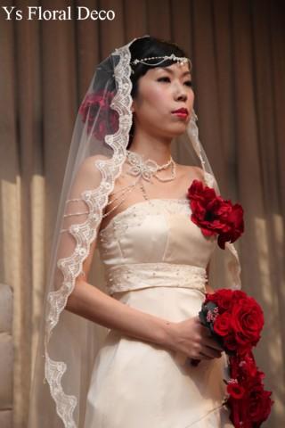 赤いブーケとフラワーアクセサリー 白いドレスに_b0113510_1114298.jpg