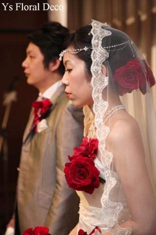 赤いブーケとフラワーアクセサリー 白いドレスに_b0113510_1115140.jpg