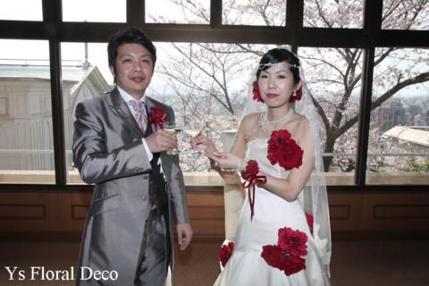 赤いブーケとフラワーアクセサリー 白いドレスに_b0113510_1115847.jpg