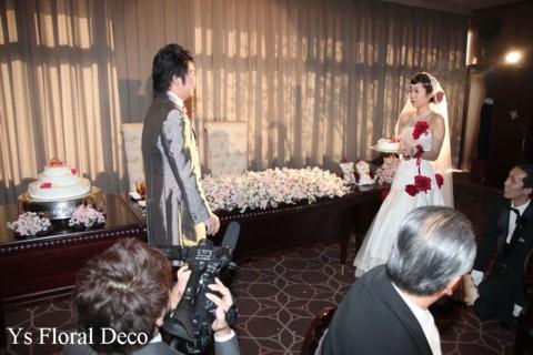 赤いブーケとフラワーアクセサリー 白いドレスに_b0113510_112654.jpg