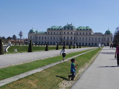 ウィーン&ロンドンへの旅(6)―ウィーン市内散策、ベルヴェデーレ宮殿、公園、子ども_e0123104_6142762.jpg
