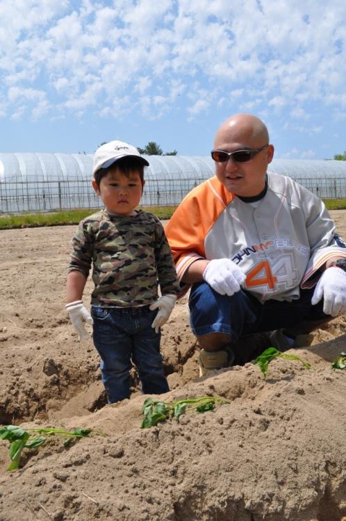 『シルじぃちゃん先生と一緒にサツマイモの苗を植えよう.』:5月24日金曜日_b0079382_1351798.jpg