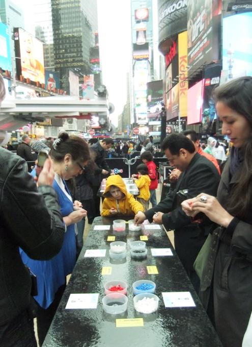 NYに世界最大のレゴ・ブロック製フィギュア、スター・ウォーズのX-wing starfighter登場中_b0007805_13104040.jpg