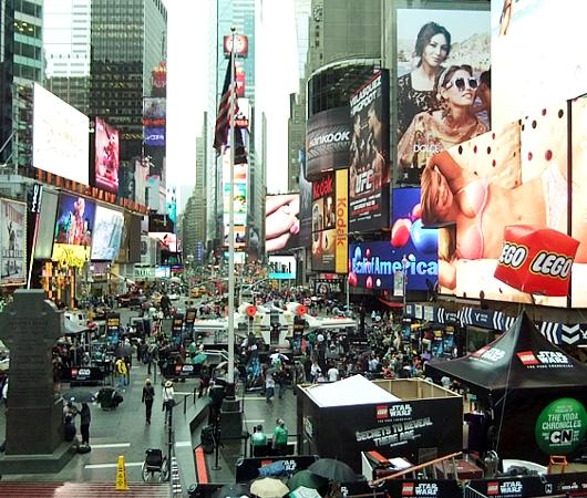 NYに世界最大のレゴ・ブロック製フィギュア、スター・ウォーズのX-wing starfighter登場中_b0007805_13112985.jpg