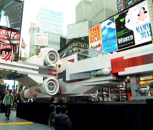 NYに世界最大のレゴ・ブロック製フィギュア、スター・ウォーズのX-wing starfighter登場中_b0007805_1391384.jpg
