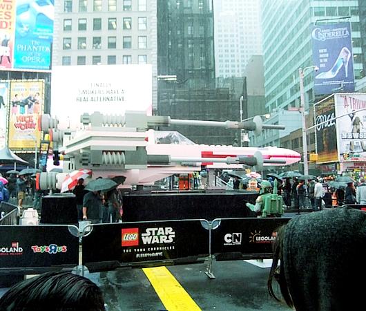 NYに世界最大のレゴ・ブロック製フィギュア、スター・ウォーズのX-wing starfighter登場中_b0007805_139245.jpg