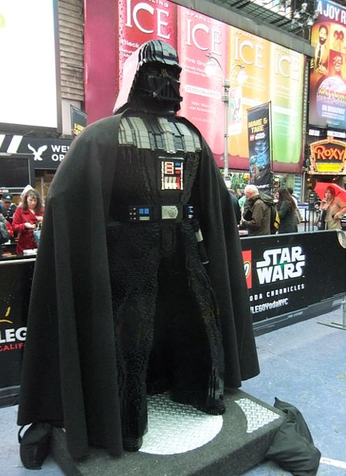 NYに世界最大のレゴ・ブロック製フィギュア、スター・ウォーズのX-wing starfighter登場中_b0007805_1392598.jpg