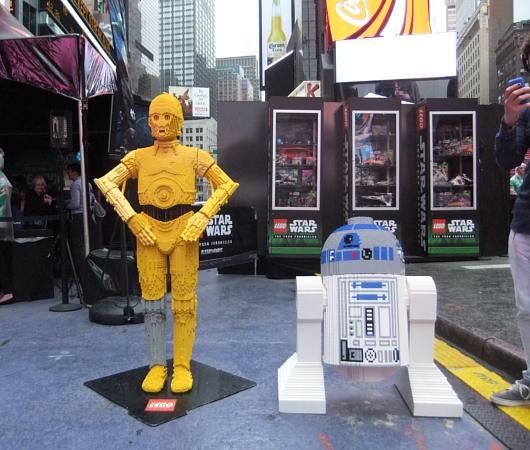 NYに世界最大のレゴ・ブロック製フィギュア、スター・ウォーズのX-wing starfighter登場中_b0007805_1394247.jpg
