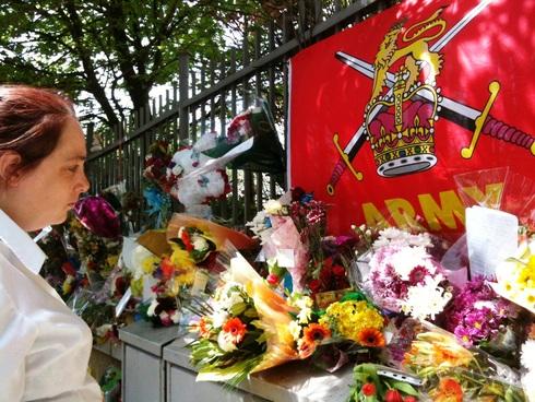 哀悼者が途切れなく訪れる英兵士殺害現場 -「イスラム教徒とは思われたくない」、と地元シーク教団体_c0016826_1363098.jpg