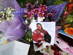 哀悼者が途切れなく訪れる英兵士殺害現場 -「イスラム教徒とは思われたくない」、と地元シーク教団体_c0016826_1395554.jpg