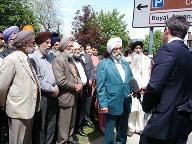 哀悼者が途切れなく訪れる英兵士殺害現場 -「イスラム教徒とは思われたくない」、と地元シーク教団体_c0016826_142410.jpg