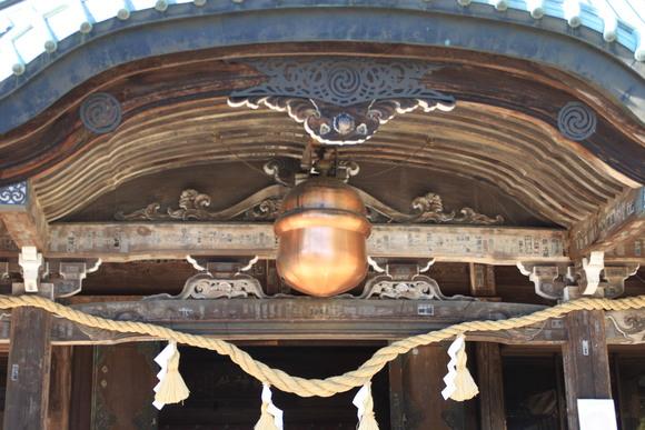 SKY130530 拝殿の中央、ちょうど賽銭箱の真上あたりに、銅や真鍮製の大きな鈴が吊られている_d0288367_8563315.jpg