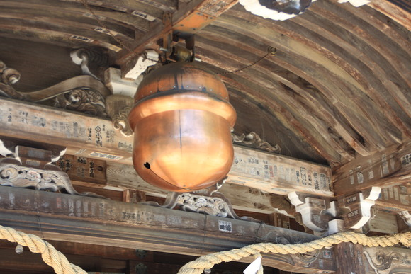 SKY130530 拝殿の中央、ちょうど賽銭箱の真上あたりに、銅や真鍮製の大きな鈴が吊られている_d0288367_8594153.jpg