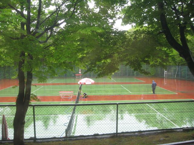 テニスコートのお掃除中!_f0146620_17183371.jpg