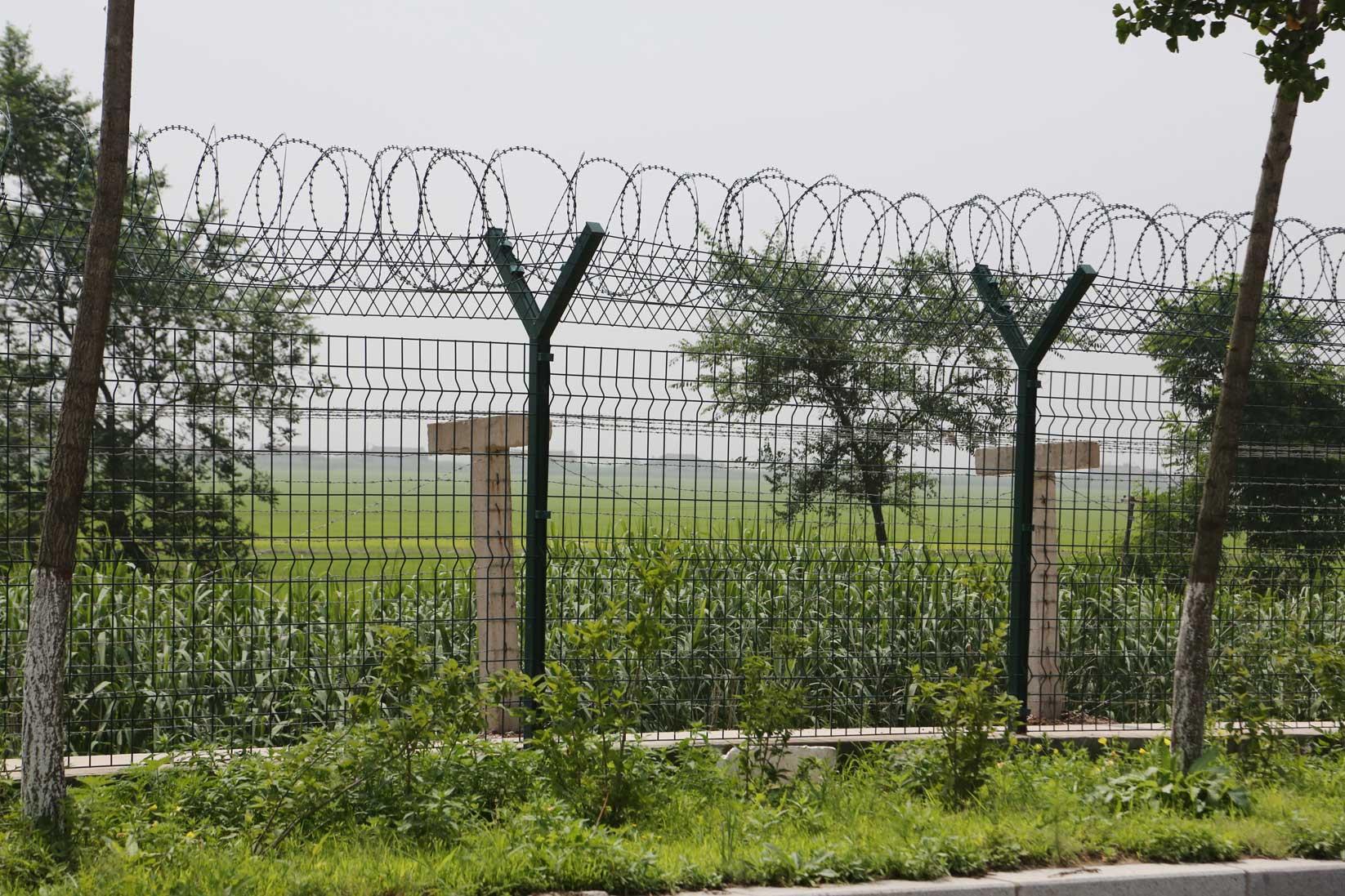 中朝陸の国境では兵士も農民も目と鼻の先(遼寧省丹東市)_b0235153_15561142.jpg