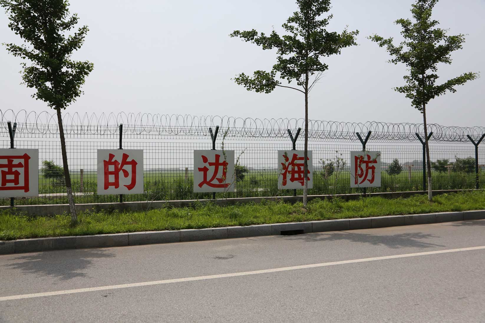中朝陸の国境では兵士も農民も目と鼻の先(遼寧省丹東市)_b0235153_155617.jpg