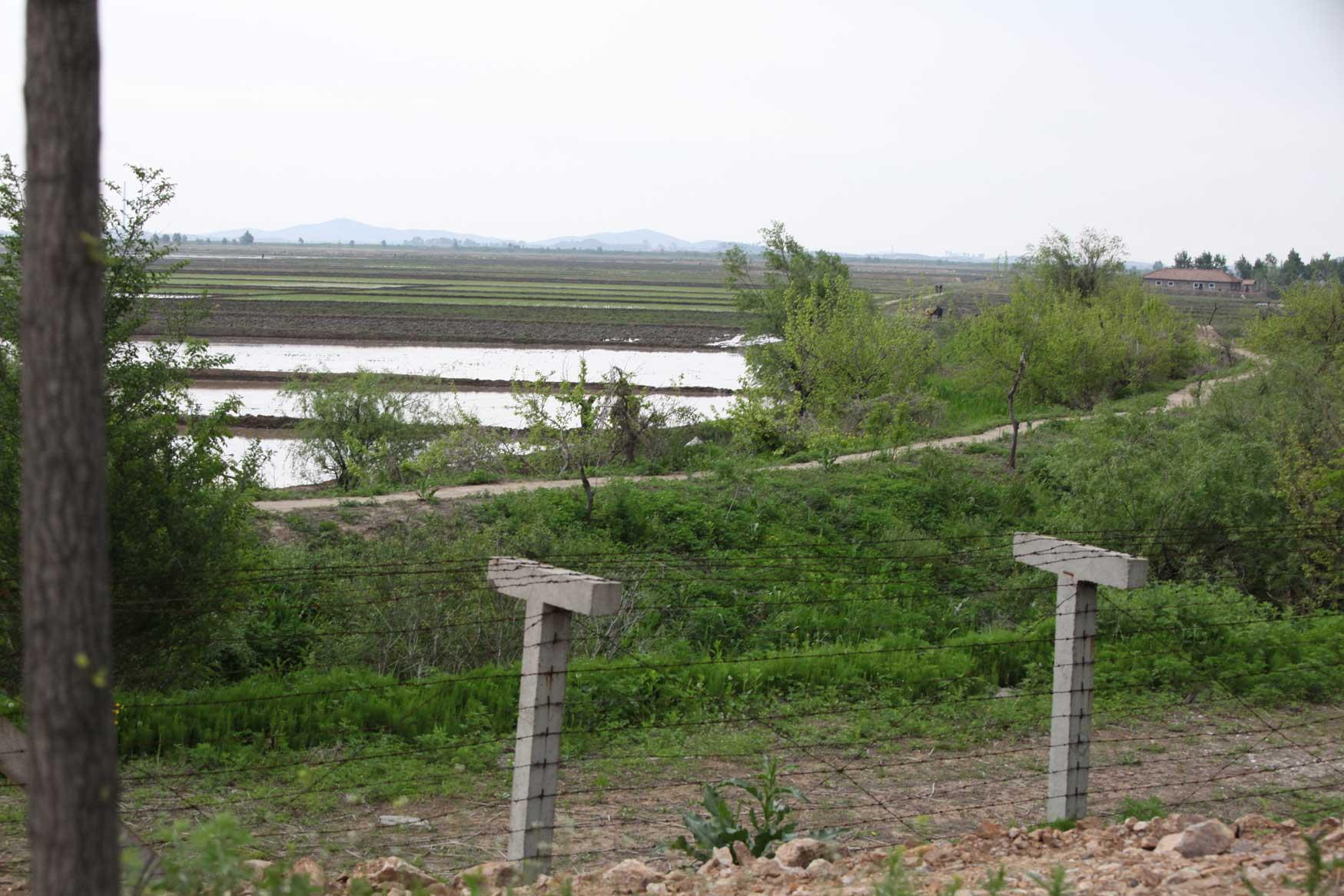 中朝陸の国境では兵士も農民も目と鼻の先(遼寧省丹東市)_b0235153_15561822.jpg