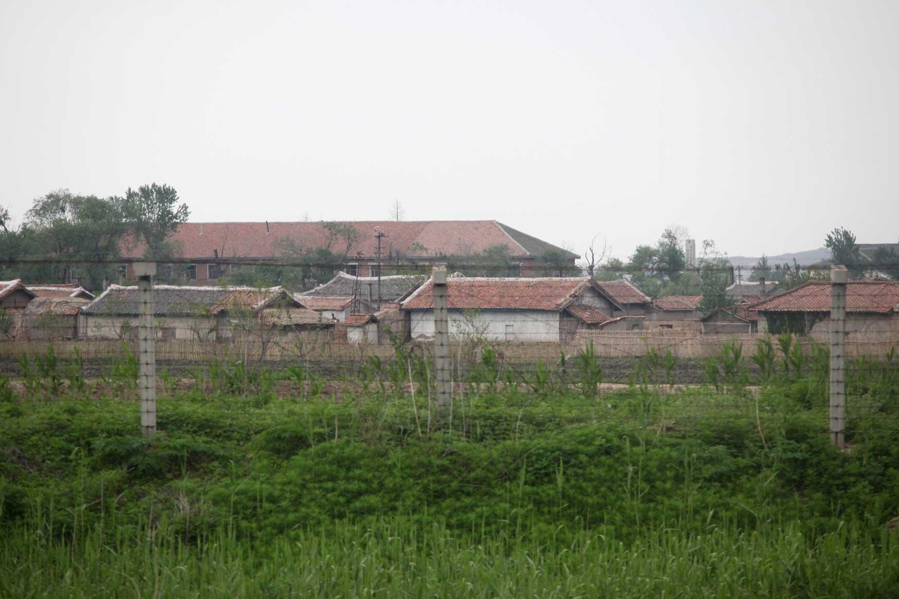 中朝陸の国境では兵士も農民も目と鼻の先(遼寧省丹東市)_b0235153_15565767.jpg