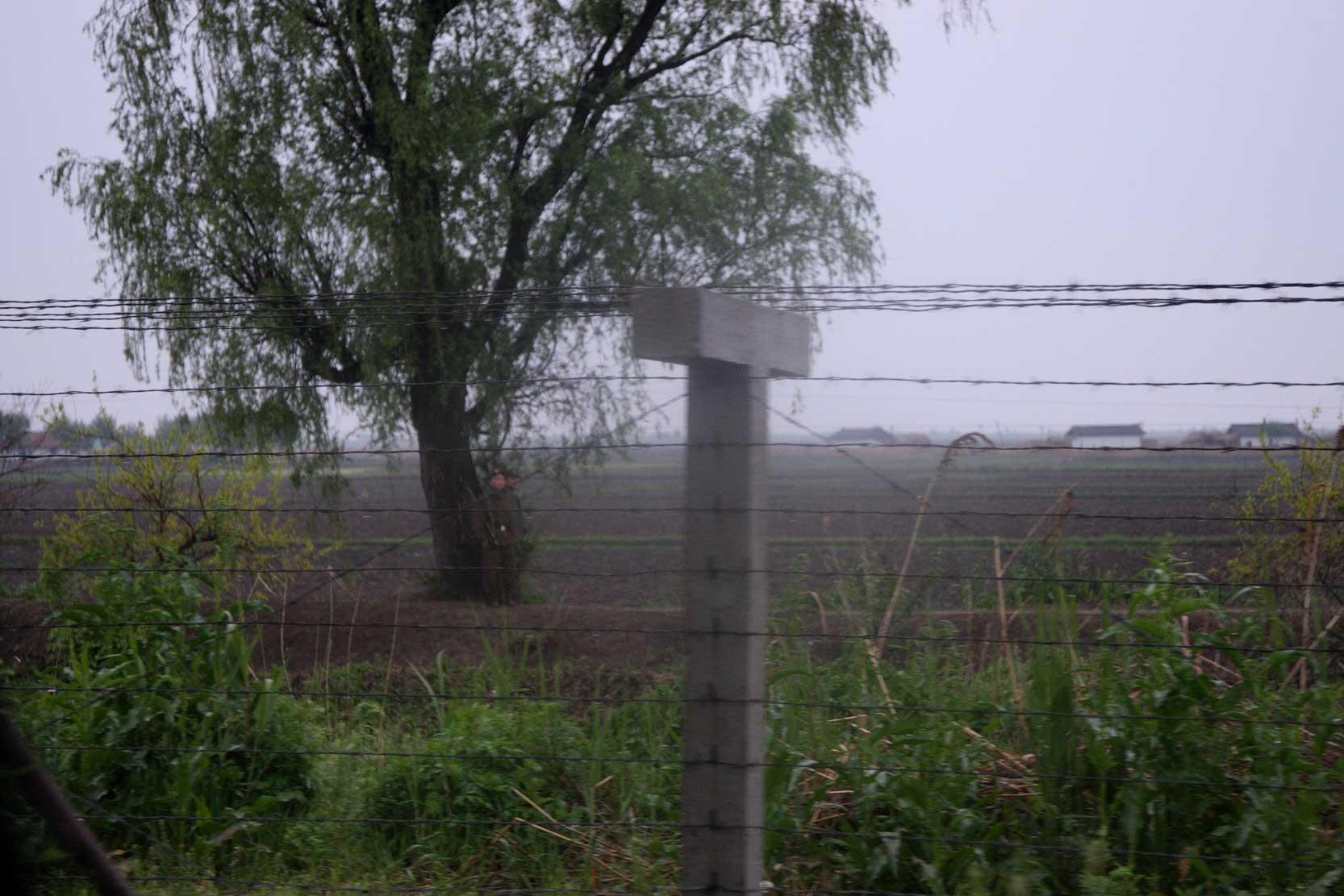 中朝陸の国境では兵士も農民も目と鼻の先(遼寧省丹東市)_b0235153_15574876.jpg