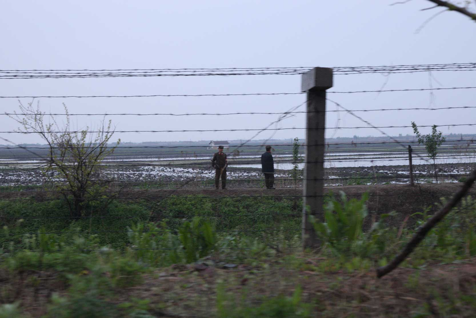 中朝陸の国境では兵士も農民も目と鼻の先(遼寧省丹東市)_b0235153_15575497.jpg