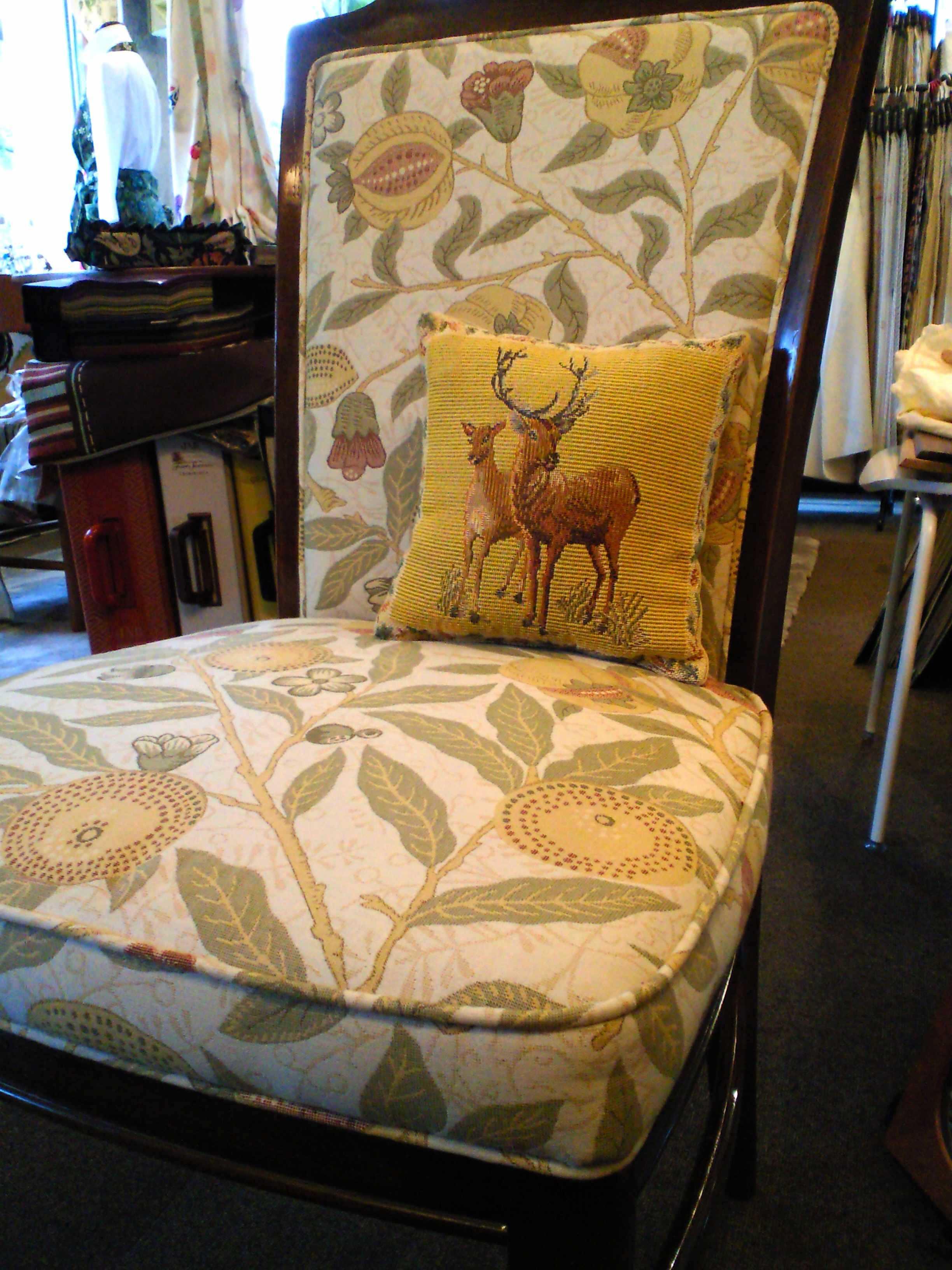 ウィリアムモリスの生地で、椅子を張替えました。_c0157866_1132927.jpg