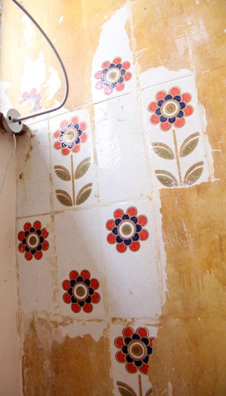 寝室の壁からレトロな花柄タイル、発掘!_f0134809_1934484.jpg