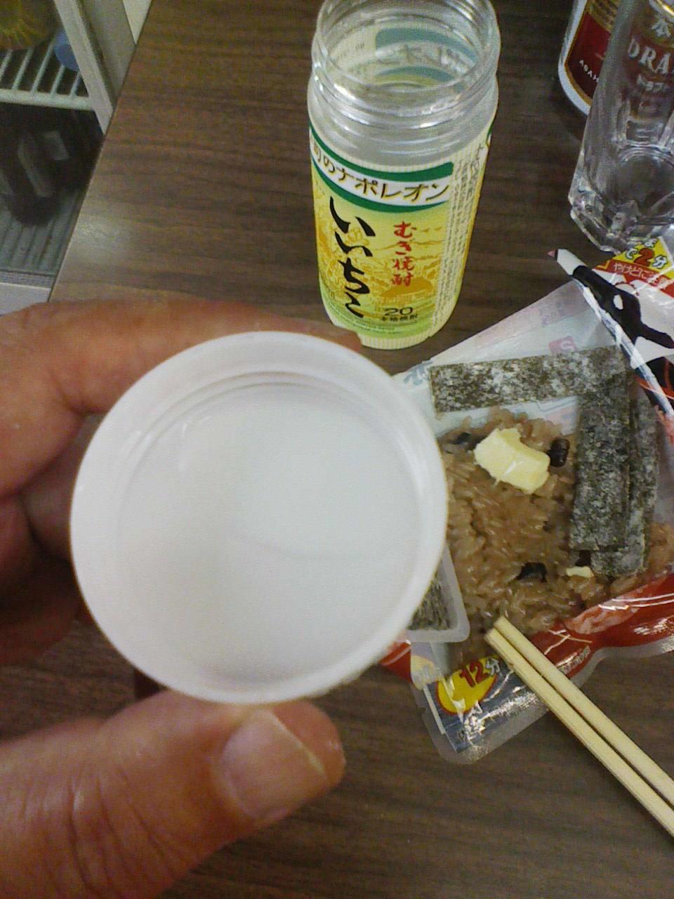 「よっちゃん」の味わい。角打ちは大人の駄菓子屋_c0061686_640992.jpg