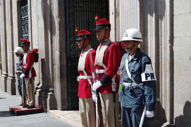 ボリビアの旅(39) 【ラパス】 ラパスの中心 ムリーリョ広場_c0011649_23275119.jpg