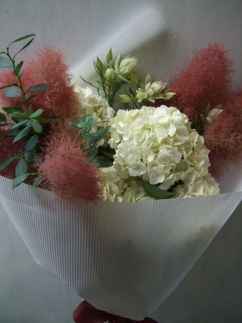 オークリーフ(紅いスモークツリーと白い紫陽花の花束)_f0049672_14375922.jpg