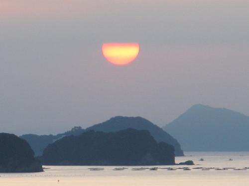 伊勢神宮を参拝する朝、昇る太陽のエネルギーを浴び、心身を清める・・・1_c0075701_5571220.jpg